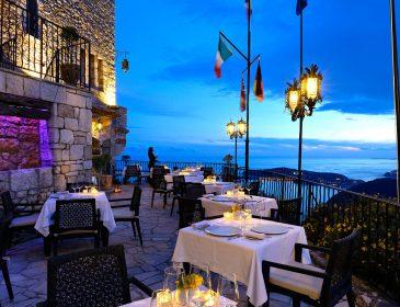 Bezauberndes Südfrankreich: Im Château Eza speisen Gäste mit traumhaftem Ausblick auf die Côte D´Azur