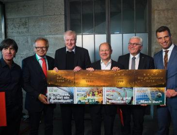 Bundesfinanzminister Scholz übergibt WM-Briefmarken 2018 an Bundespräsident Steinmeier