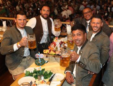 Die Legenden des FC Bayern München feiern auf der Wiesn mit Paulaner