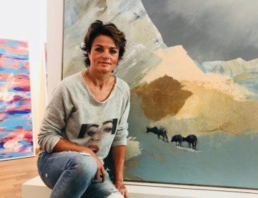 """Hommage an den Hasen: Malerin Simone Opdahl eröffnet Vernissage """"Übergänge"""" mit der Serie """"Hasensprung"""" in München"""