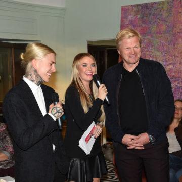 """Finissage im """"Hearthouse"""": OliverKahnbekommt Spende in Höhe von 21.000 Eurofür seine OliverKahnStiftung von """"The Emotion Artist"""" Alexander Höller"""