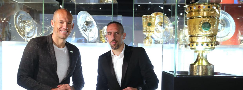 Arjen Robben und Franck Ribéry bringen die Meisterschale und den DFB-Pokal in die FC Bayern Erlebniswelt