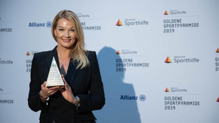 """Video: Ehrung für das Lebenswerk: Franziska van Almsick erhält """"Goldene Sportpyramide"""""""