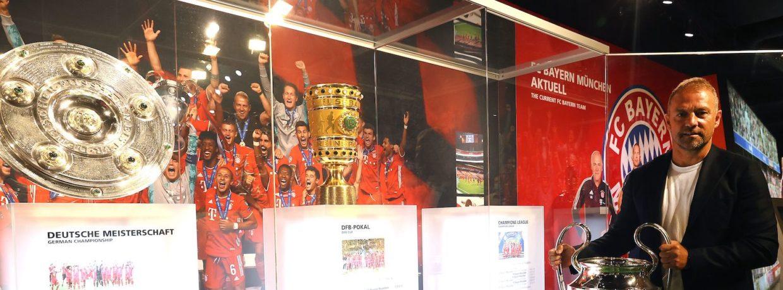 Hansi Flick präsentiert das Triple im FC Bayern Museum