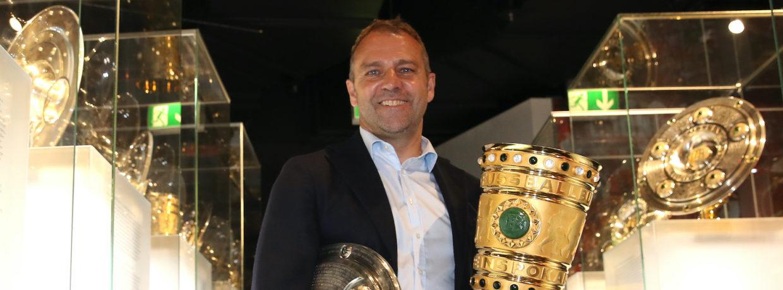 Hansi Flick bringt Meisterschale und Pokal ins Museum