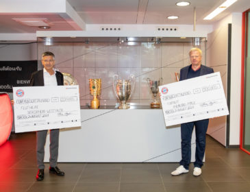 Herbert Hainer und Oliver Kahn übergeben Schecks für Flutopferhilfe